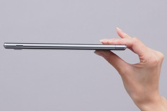 厚さはなんと約8.0mm。極限の薄さだが、滑りにくく携帯性はかなり良好