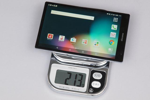 重量はカタログ値で約216gだが、今回の検証機は約213gだった(SIMカード差込済み)