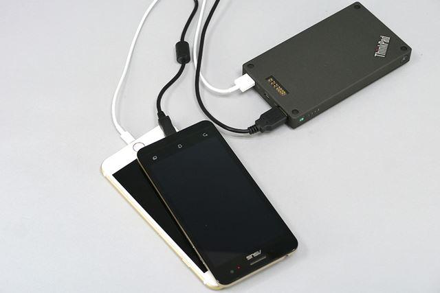 2つのUSBポート(合計5V/2.1A)を備えており、スマートフォンなどのデバイスを2台同時に充電できる
