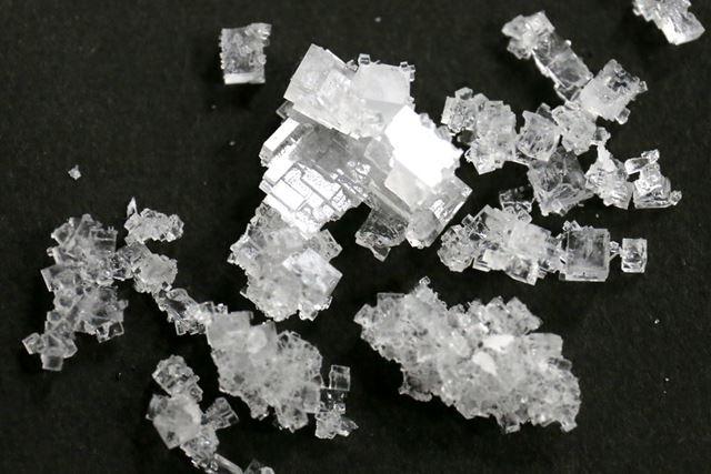 できた結晶を見てみると、大小それぞれの四角形になっていることがわかります