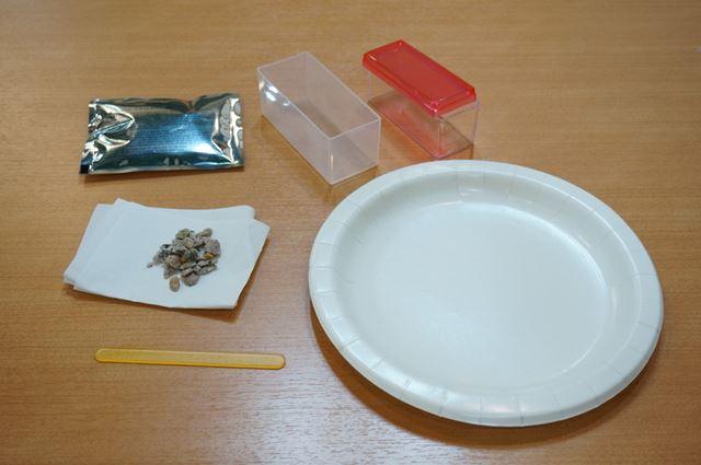 キットに付属するクリスタルの素や石、容器などを使って実験をします