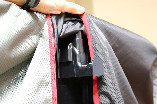 衣類袋内部にはフックが設置されており、ここにハンガーをかけて使用する