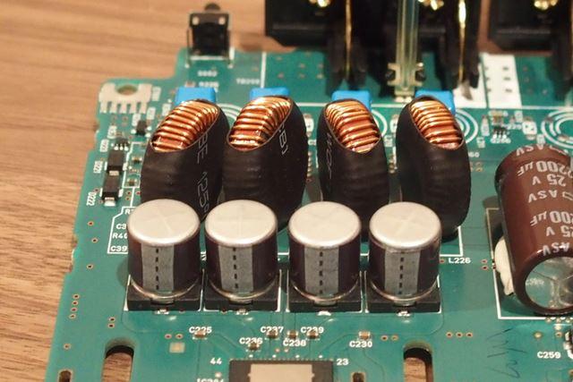 手前がチップ電解コンデンサー、奥が大型トロイダルコイル
