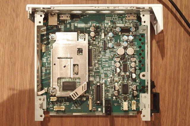ヘッドホンアンプの基板(右側がヘッドホンアンプ部)。パーツが左右対称のパターンで配置されている