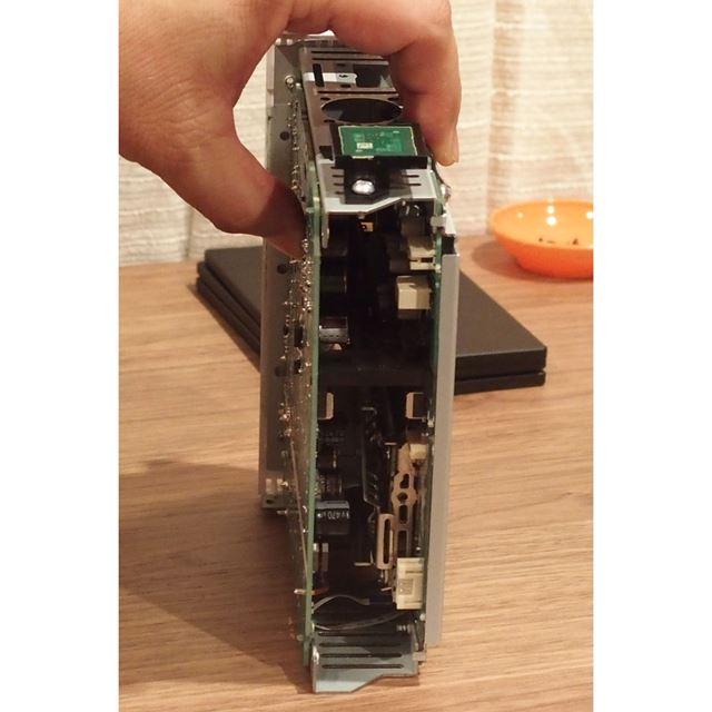 スピーカーアンプとヘッドホンアンプの基板が向かい合うように配置
