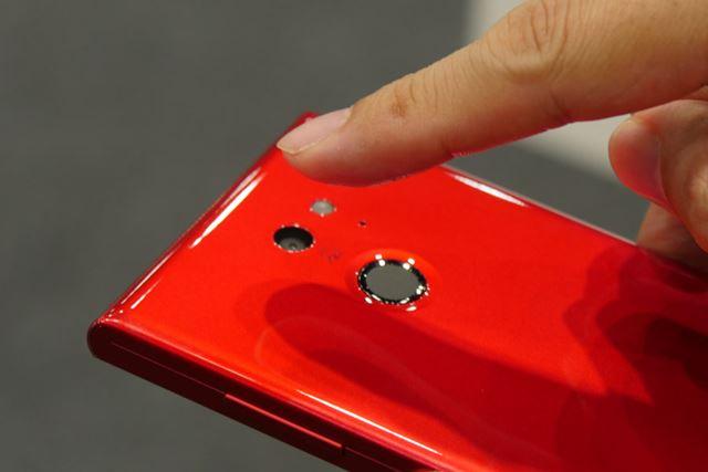 生体認証としてスマート指紋センサーを搭載。標準規格のFIDO UAF 1.0に準拠している