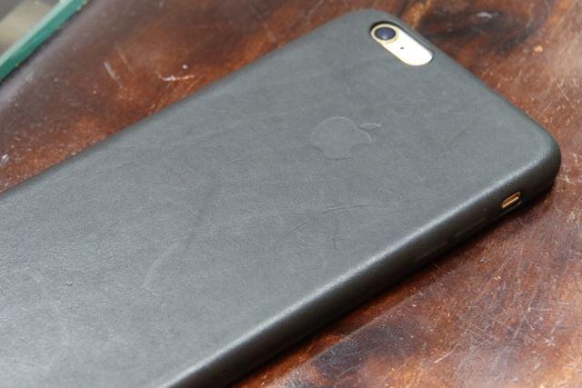 iPhone 6s Plusとレザーケース。こちらは大人の雰囲気だ