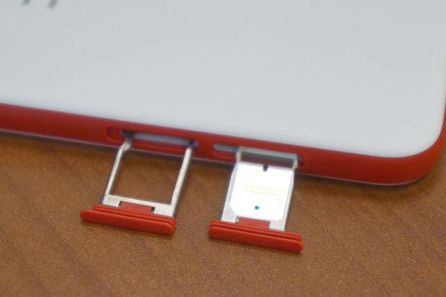 利用するSIMカードは小型のnanoSIMサイズ。microSDXCメモリーカードスロットも見える