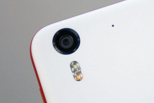 メインカメラも1300万画素&調光対応LEDフラッシュ対応。F値は2.0