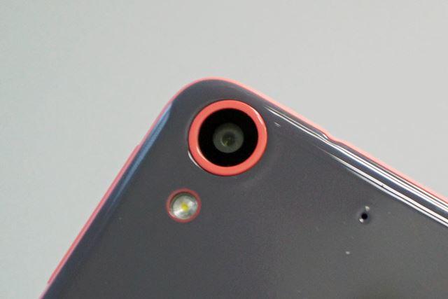 メインカメラは約1300万画素でレンズのF値は2.2。LEDフラッシュを備えるが調光対応はしていない