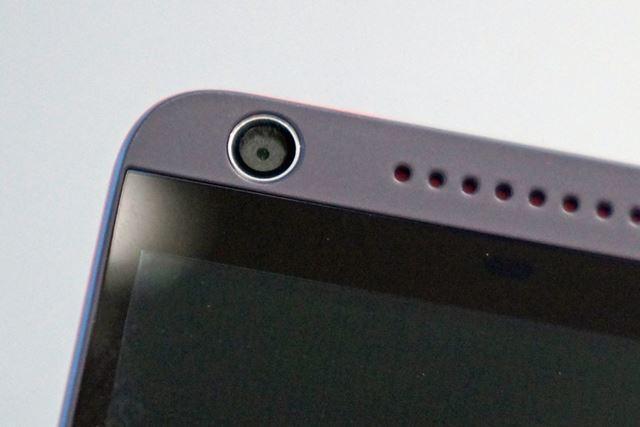 サブカメラは約500万画素で、F値は2.8。LEDフラッシュは備わっていない