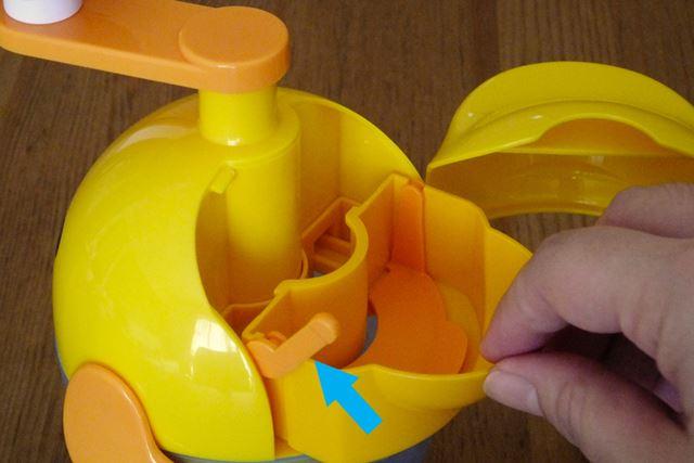 卵投入口。ここに卵を割り入れます