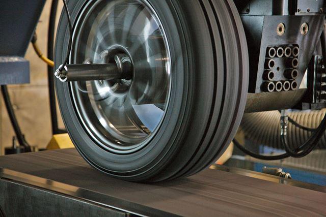 横浜ゴムのタイヤ技術の特徴や研究施設である平塚製造所の様子を鈴木ケンイチ氏がレポートする