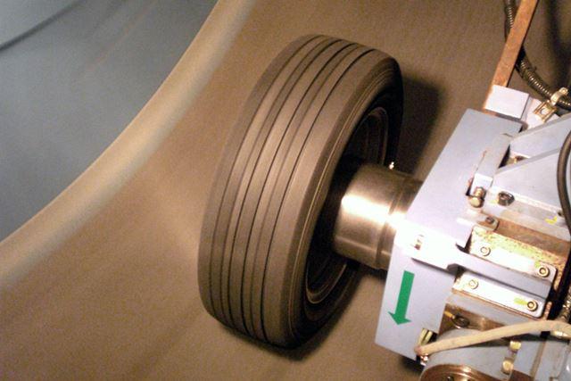 最高時速250kmからのブレーキを再現できるインサイドドラムタイヤ摩擦試験機