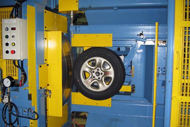 延々とタイヤにドラムを押し付け続ける耐久試験機。最高時速450kmまでテストが可能