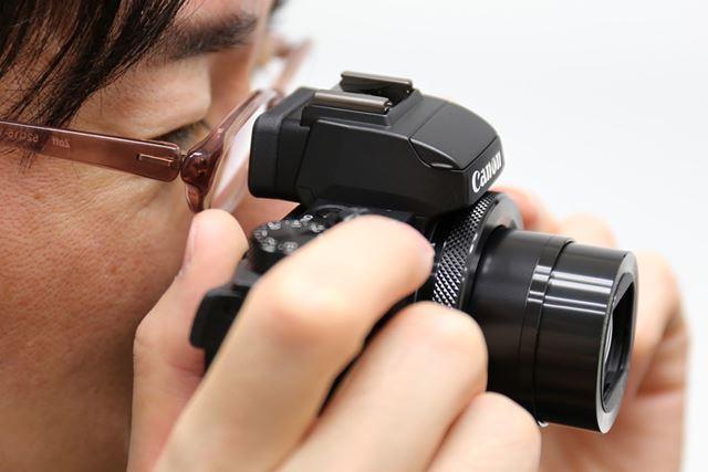 アイポイントが22mmと長く設計されており、メガネをかけても見やすくなっている