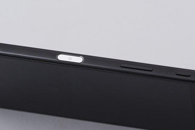Xperiaシリーズの特徴だった円形の電源ボタンが、指紋センサーを内蔵するフラットな形状に変更された