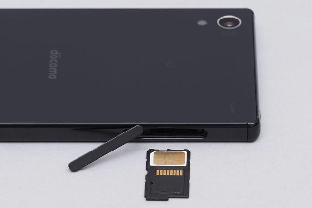 nanoSIMカードを使用。メモリーカードはmicroSDXC規格に対応している