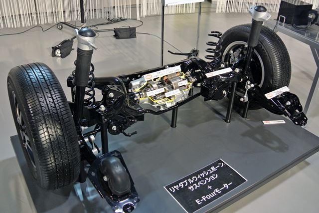 リアサスペンションが、トーションビーム式から、剛性が高いダブルウィッシュボーン式に変更された