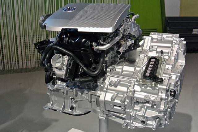 1.8リッターの2ZR-FXEエンジンは熱効率で40%を越えており、世界でもトップレベルの効率を実現している