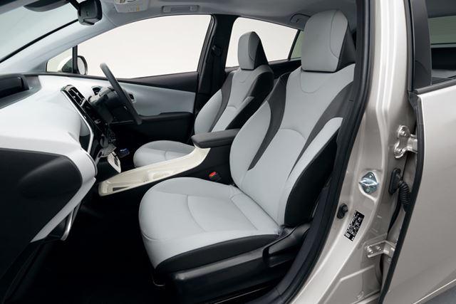 フロントシートは、バネ特性の最適化し、負担が少ない骨盤角度を実現している