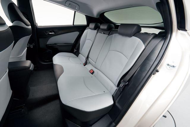 クッション性の最適化や着座時の接触面積を拡大させ、より座りやすくなったリアシート