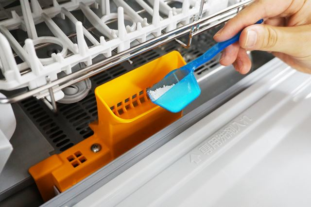 専用洗剤は約5g投入するのみ。手洗いのように、汚れ落ちが悪いからと何度も洗剤を追加する必要はない