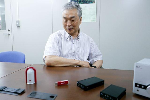 REX-Link1を懐かしそうに眺める岡村社長