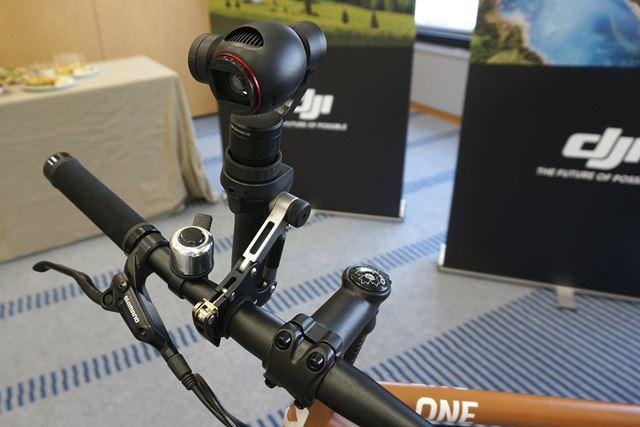 自転車にOsmoを取り付けられるアクセサリーも。振動を吸収する構造になっている