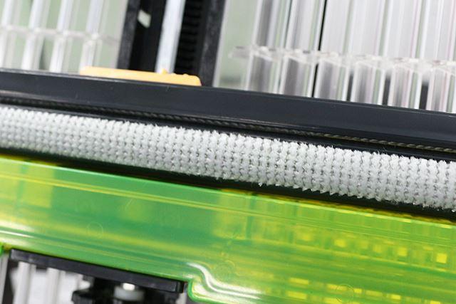 「自動おそうじユニット」のブラシ。繊維がフィルターの網目に入り込んでホコリを絡め取る