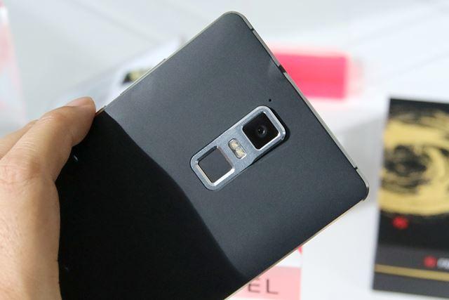 2100万画素の背面カメラは、ソニー製のセンサーと6枚のレンズを搭載。指紋認証センサーやNFCなども備える
