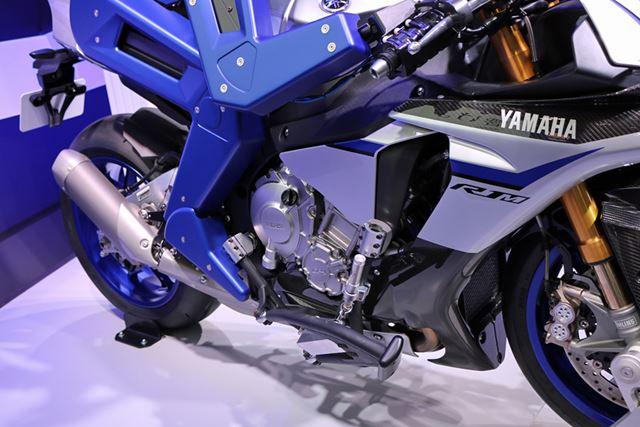 変速はさすがにペダル操作するわけではないようで、ロボットの右足部分にペダルは見当たらない