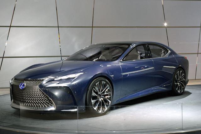 レクサスブースでは次期「レクサスLS」の燃料電池車モデルLS-FCが展示されていた
