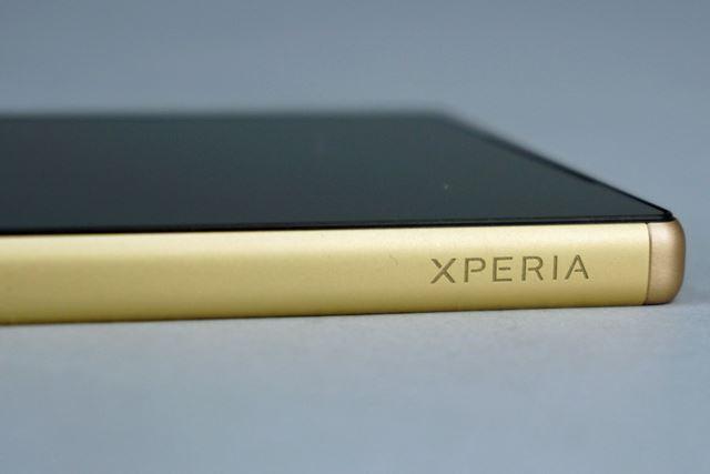 側面を囲む金属フレームはなかなかの重厚感。「XPERIA」の刻印もかっこいい