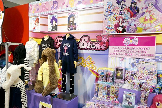 会場には、ゲームに登場するキャラたちの衣装も