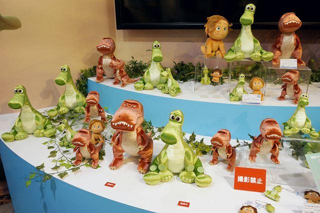 緑色の恐竜が本映画の主人公「アーロ」。茶色の恐竜も劇中で活躍するようだ
