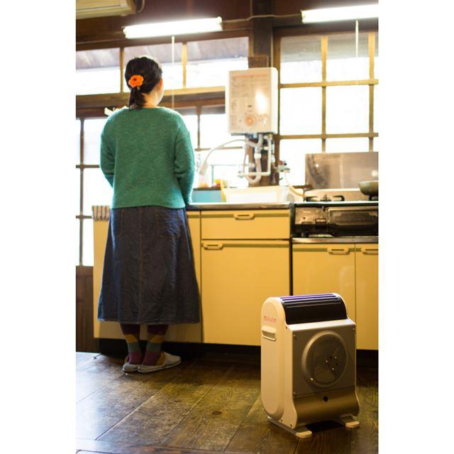 意外と足元が冷え込むキッチンにも気軽に移動させて使えるのがうれしい!