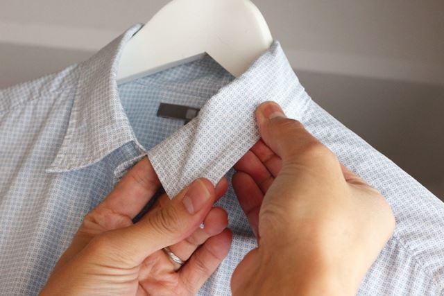 シャツの衿は指でシュシュッとさするように整えます。フリルやギャザーも同じ要領できれいになりますよ