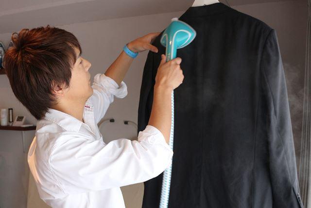 ブラシを付けて使用すれば、スーツのほこりとニオイを同時に取ることができます