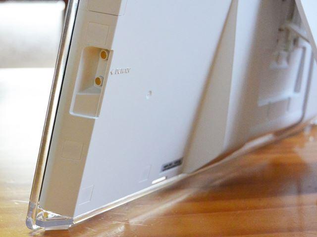 側面下部にあるのは、ACアダプターを接続するための端子