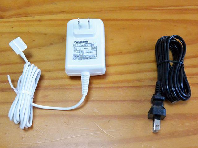 電源コードは、モニター用(白)とレコーダー用(黒)が用意されている