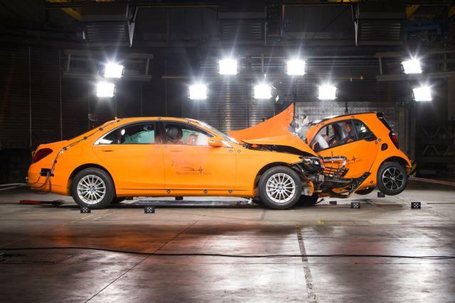 衝突エネルギーの大きい大型車とのオフセット衝突でも、室内の形状は保たれる