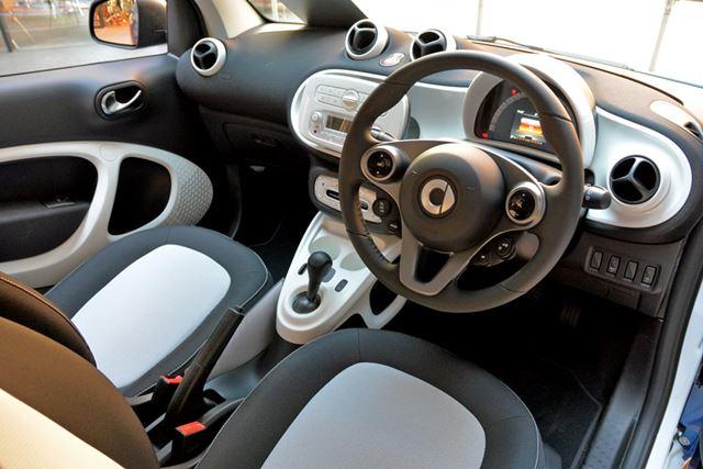 凝った内装は大きな魅力。軽自動車とは違う世界がある