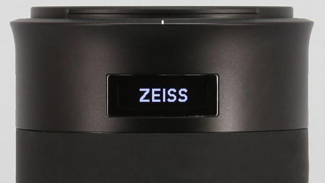 カメラの電源をオンにすると「ZEISS」の文字が現れる