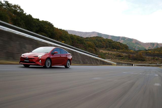 最初に行われたのは富士スピードウェイのショートサーキットを使っての試乗だった