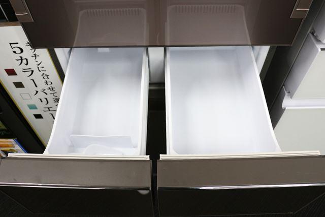 上段冷凍室は製氷機(左)と浅型冷凍庫(右)になっている