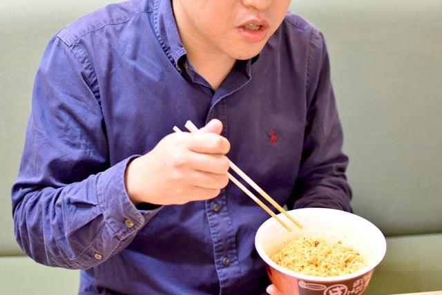 とにかく、カップ麺を食べる箸が止まらない。一気に食べ終えてしまいました