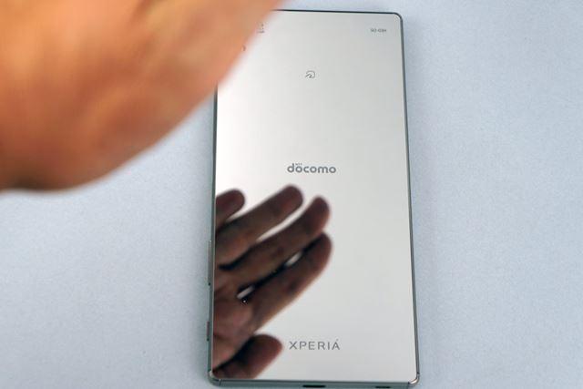 今回試用したXperia Z5 Premiumのクロムモデルは、背面が鏡のような仕上がりだ