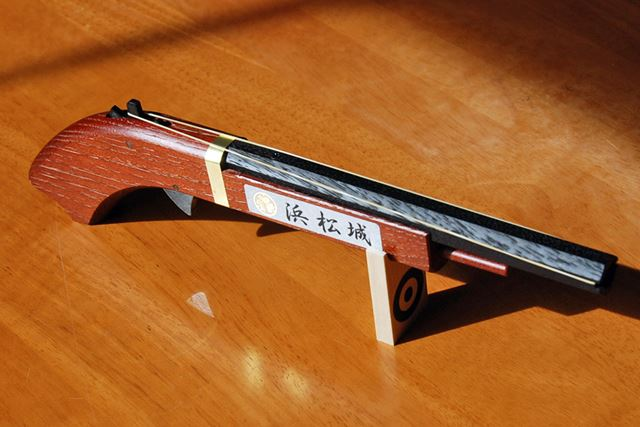 火縄銃といっても、木でできたゴム鉄砲だが……組み立てると、か、カッコイイ!!!
