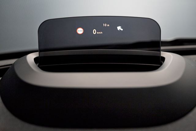 半透明のディスプレイに情報を投影するヘッドアップディスプレイを搭載可能